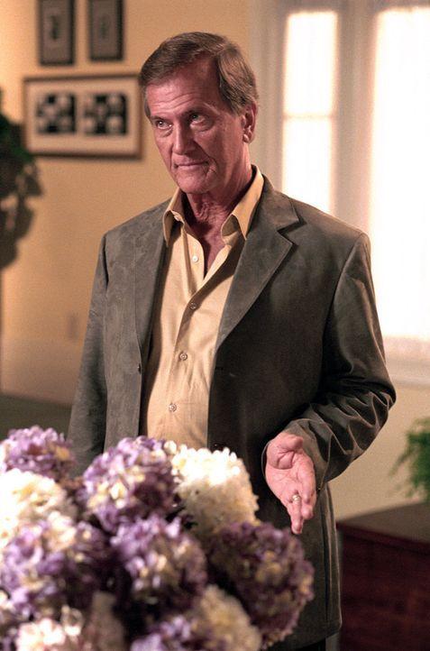 Ken Smith (Pat Boone) glaubt, dass Mary seinen Sohn Jack verführt hat, denn immerhin ist sie nur halb so alt wie Jack. - Bildquelle: The WB Television Network
