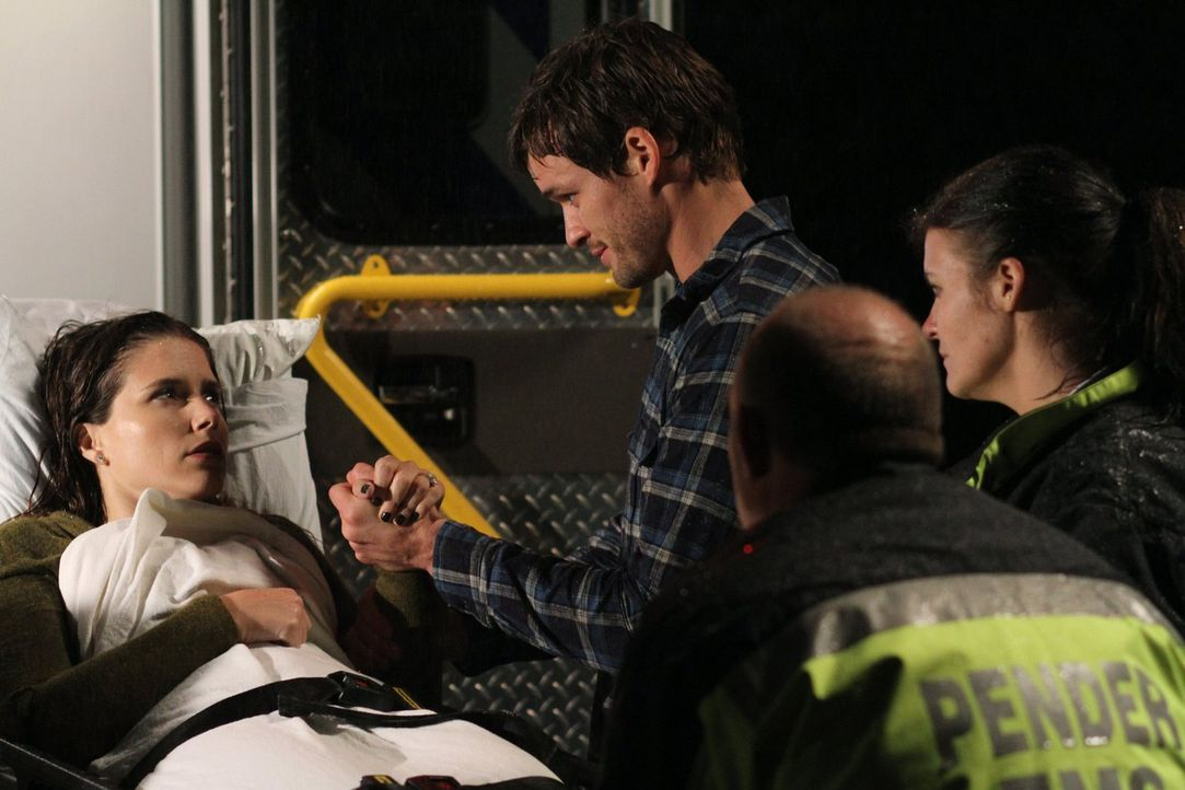 Nach einem Unfall schwebt Brooke (Sophia Bush, l.) in Lebensgefahr und Julian (Austin Nichols, r.) stirbt fast vor Sorge ... - Bildquelle: Warner Bros. Pictures