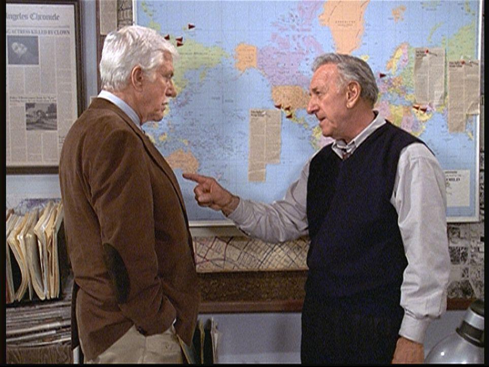 Harry Trumble (Jack Klugman, r.) erklärt Mark (Dick Van Dyke, l.) das Muster, nach dem der Clownkiller seine Opfer ausgesucht hat. - Bildquelle: Viacom
