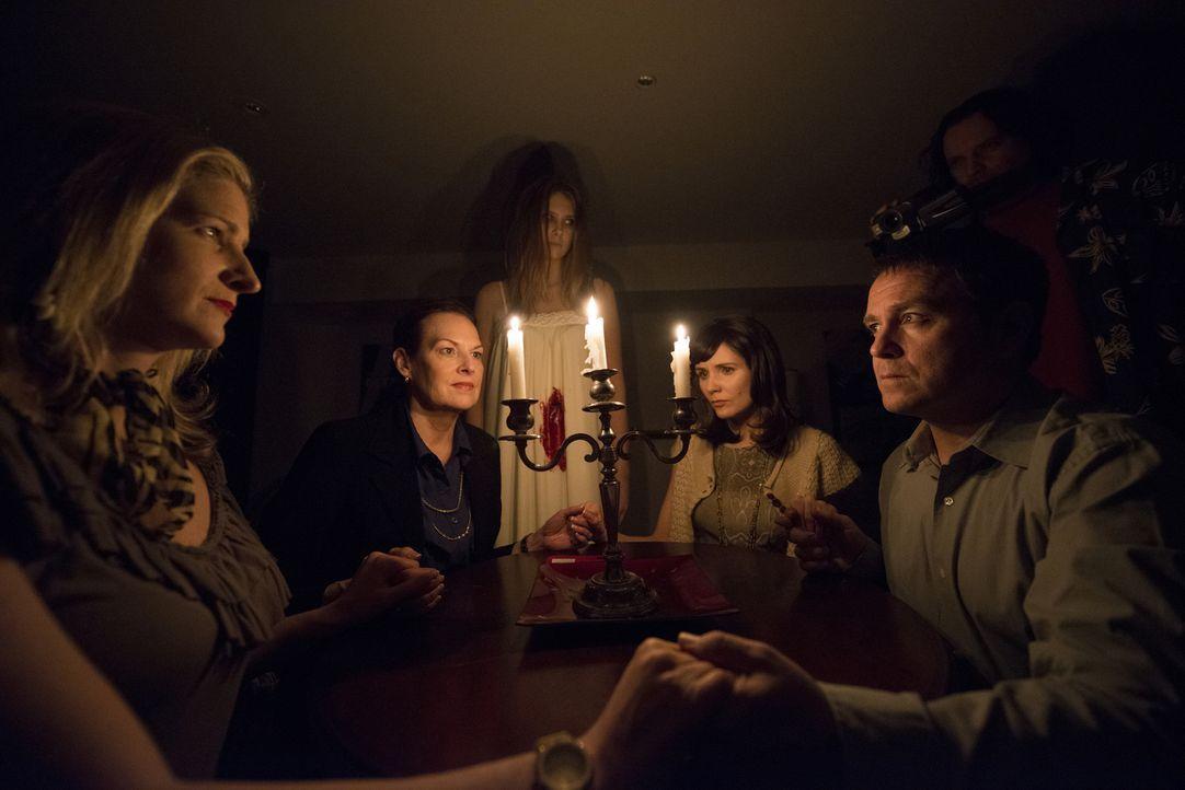 Die Bewohner des Hauses, das von den Geistern der Manson-Mordopfer besessen zu sein scheint, finden einfache keine Ruhe ... - Bildquelle: Christos Kalohoridis 2013 Syfy Media, LLC