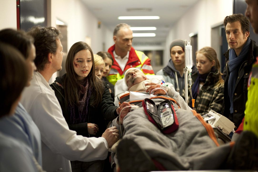 Nach dem schrecklichen Unfall geht es Timo (Rocco Stark, liegend) nicht gut und wird ins Krankenhaus eingeliefert. Luzi (Selina Müller, 4.v.l.), Bo... - Bildquelle: SAT.1
