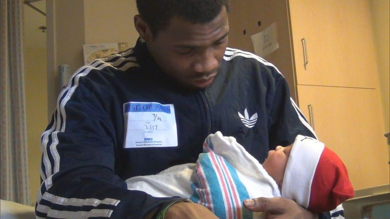 Für Mike ist es ein ganz besonderer Moment, als er das kleine Wesen im Arm hat ... - Bildquelle: 2013 NBCUniversal Media, LLC