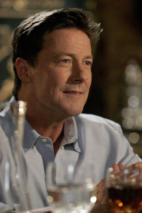 Als Megan zufällig ihrem Vater Arthur (John Allen Nelson) über den Weg läuft, will sie sich mit ihm versöhnen, und lädt ihn in die Villa zum Essen e... - Bildquelle: Warner Bros. Television