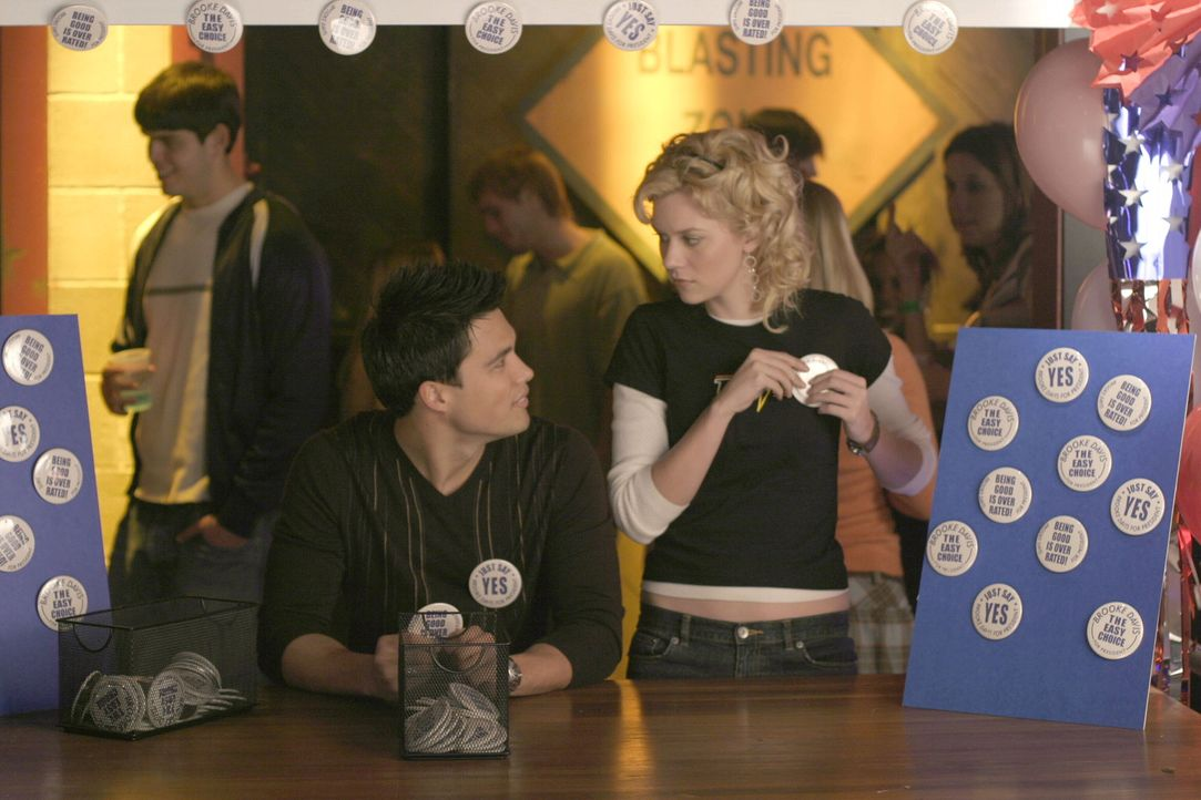 Der Wahlkampf verursacht nicht nur für Brooke viel Arbeit. Auch ihre Freunde Felix (Micheal Copon, l.) und Peyton (Hilarie Burton, r.) haben alle H... - Bildquelle: Warner Bros. Pictures