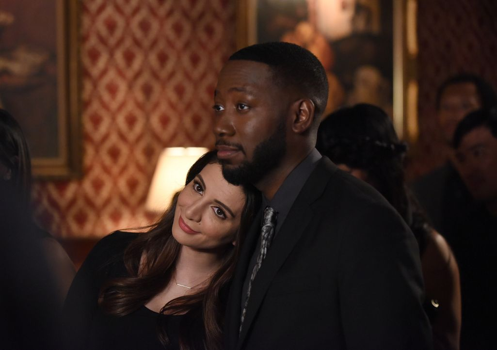 Ein Jahr nach dem dramatischen Tod von Winstons (Lamorne Morris, r.) liebem Freund, veranstalten er, Aly (Nasim Pedrad, l.) und alle Freunde eine Ge... - Bildquelle: Ray Mickshaw 2018 Fox and its related entities.  All rights reserved.