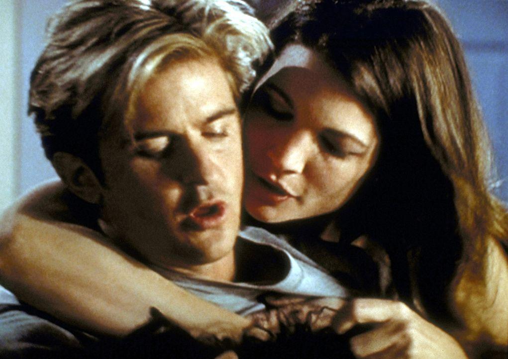 Chloe (Audie England, r.) ist Jessie (Charlie Schlatter, l.) dankbar, dass dieser ihr bei einem Autounfall das Leben gerettet hat. - Bildquelle: Viacom