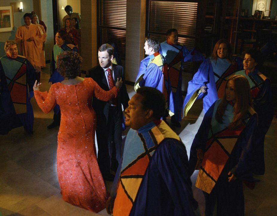 Patti (Loretta Devine, M.l.) und Eli (Jonny Lee Miller, M.r.) tanzen in seiner Vision zu den Klängen eines großartigen Gospel-Chores ... - Bildquelle: Disney - ABC International Television