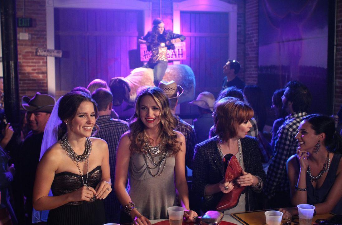 Nach einer durchzechten Nacht versuchen Brooke (Sophia Bush, l.), Quinn (Shantel VanSanten, 2.v.l.), Sylvia (Sharon Lawrence, 2.v.r.) und Alex (Jana... - Bildquelle: Warner Bros. Pictures