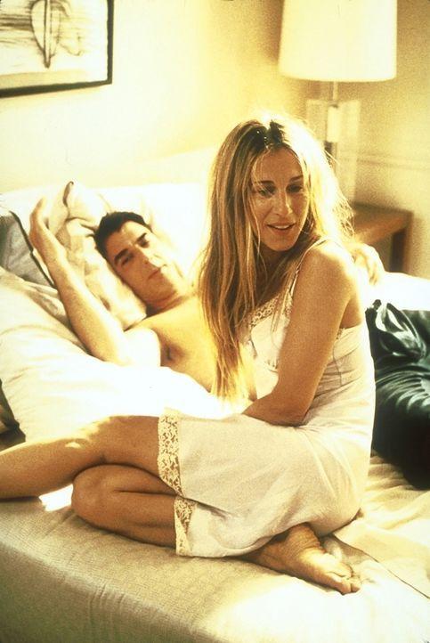 Carrie (Sarah Jessica Parker, r.) versucht vergeblich, persönliche Sachen in Bigs Wohnung (Chris Noth, l.) zu verstecken ... - Bildquelle: 2001 Paramount Pictures