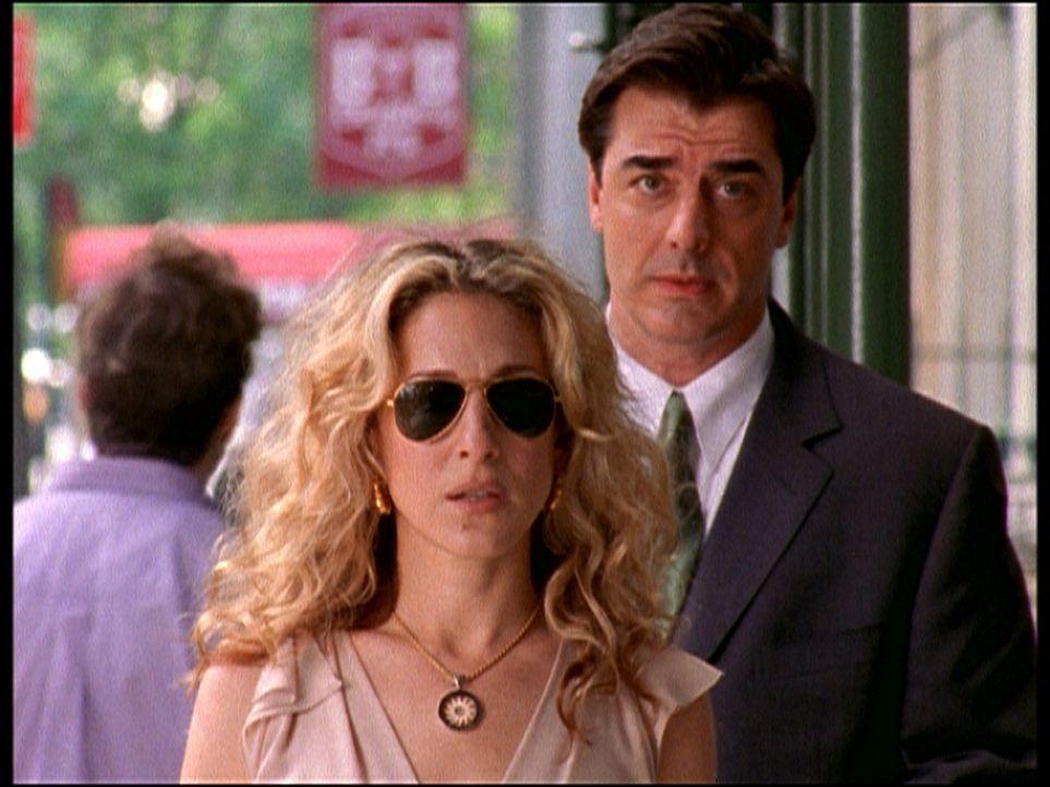 Wie in einem schlechten Film: Carries (Sarah Jessica Parker, l.) und Bigs (Chris Noth, r.) Affäre ist aufgeflogen. Vor ihrem geheimen Treffpunkt er... - Bildquelle: Paramount Pictures