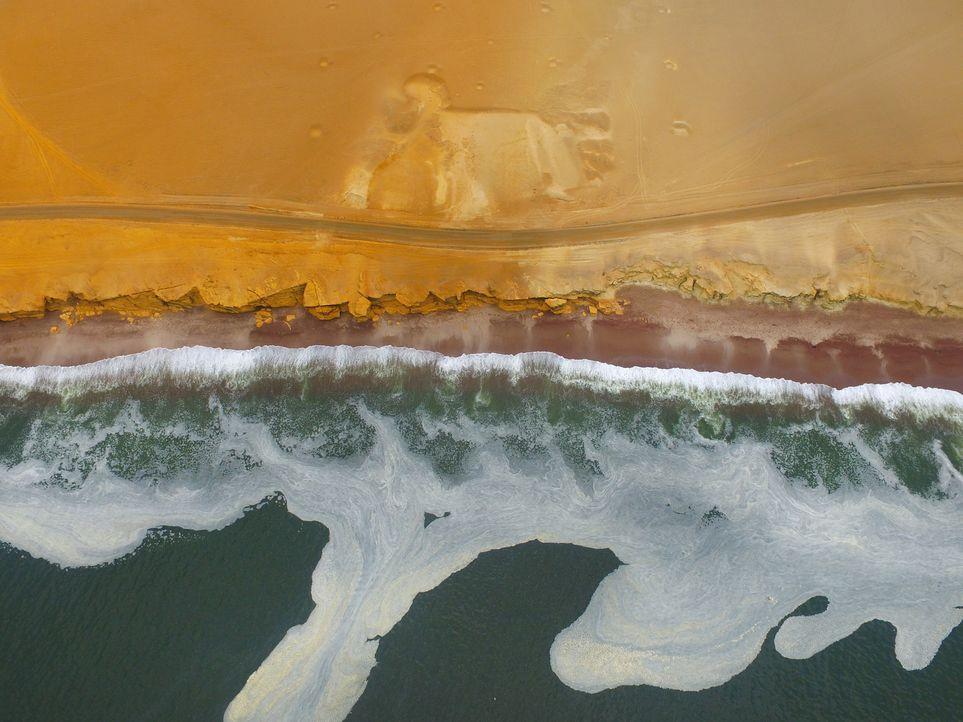 """Wilde Wellen treffen auf Wüstensand: Das gibt es am """"Playa Roja"""" in Paracas in Peru ... - Bildquelle: 2017,The Travel Channel, L.L.C. All Rights Reserved"""