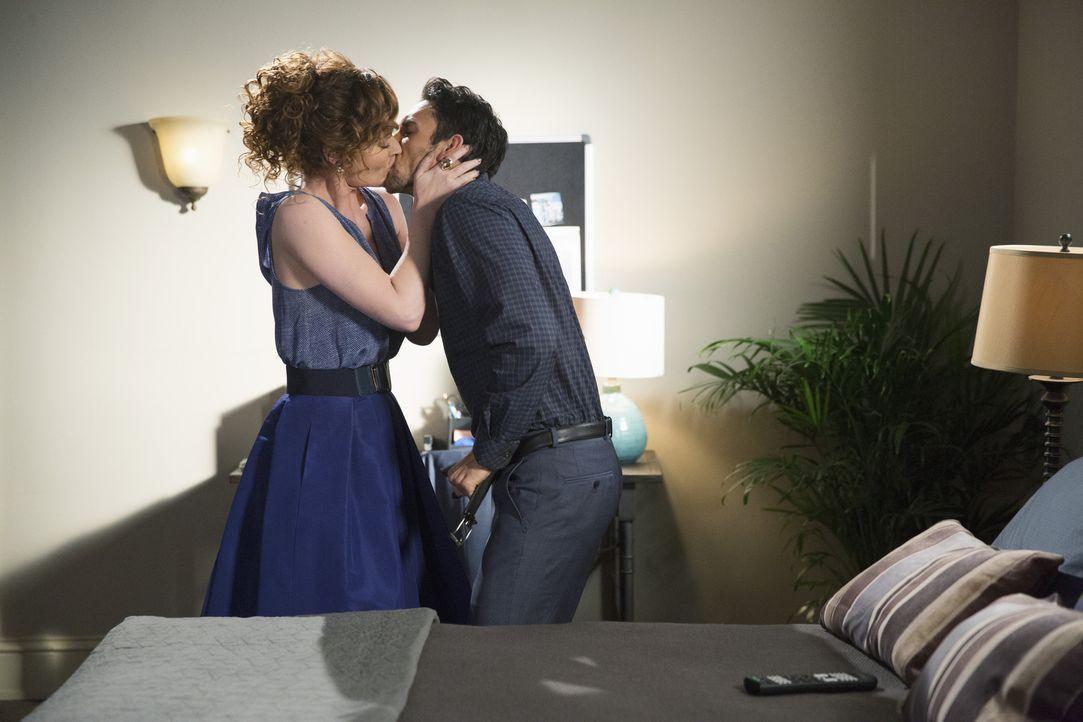 Wie lange können Evelyn (Rebecca Wisocky, l.) und Tony (Dominic Adams, r.) ihre Liaison noch geheim halten? - Bildquelle: 2014 ABC Studios