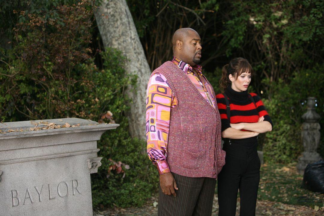 Unangenehme Überraschung: Ausgerechnet Dwight Dixon musste für das Überleben von Chucks (Anna Friel, r.) Vater sein Leben lassen. Emerson (Chi Mc... - Bildquelle: Warner Brothers