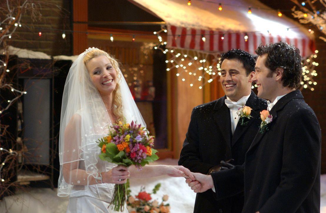 Damit die Hochzeit von Phoebe (Lisa Kudrow, l.) und Mike (Paul Rudd, r.) nicht ausfallen muss, übernimmt Joey (Matt LeBlanc, M.) das Amt des Pfarrer... - Bildquelle: 2003 Warner Brothers International Television