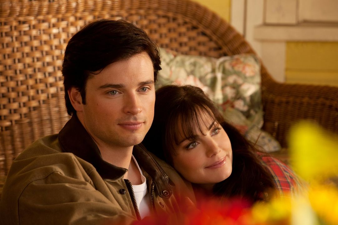 Das Hochzeitsgeschenk von Clarks (Tom Welling, l.) Mutter kann er gar nicht mit Lois (Erica Durance, r.) genießen, da sein Ich aus dem Parallelunive... - Bildquelle: Warner Bros.