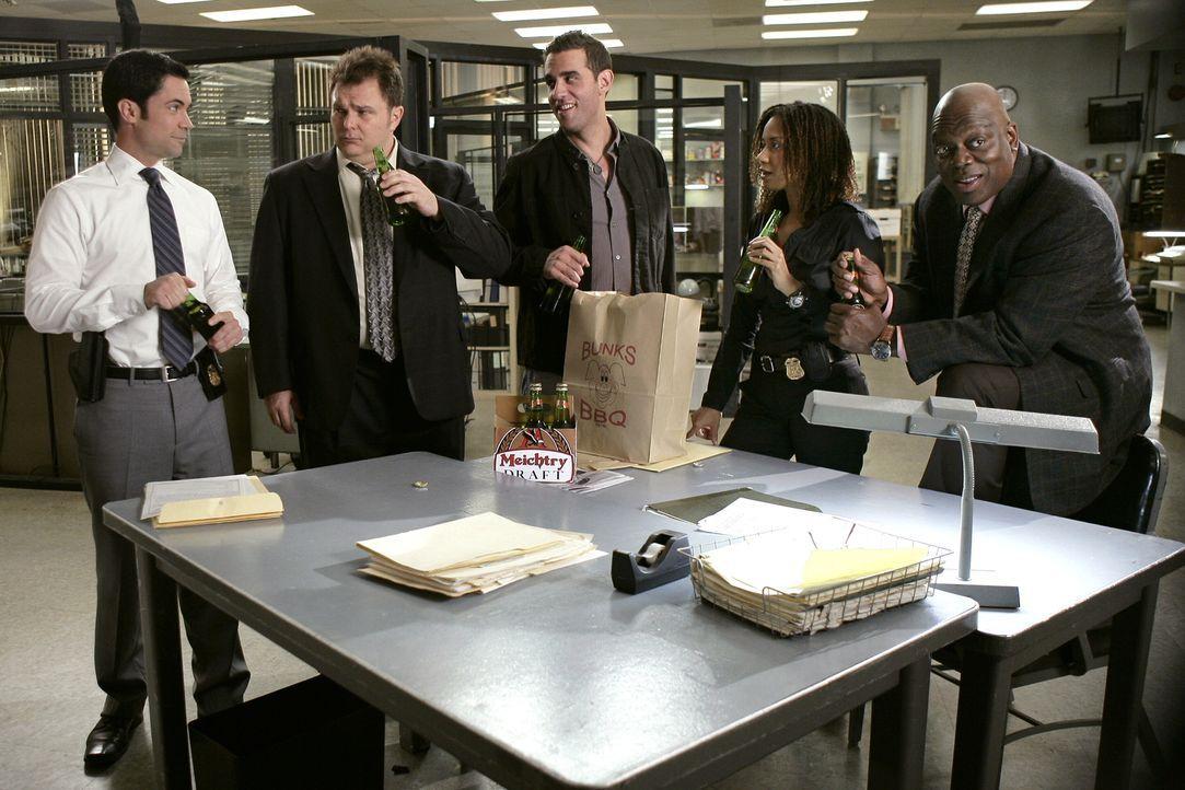 Als eine abgeschnittene Hand in einem Müllcontainer gefunden wird, nehmen Scott (Danny Pino, l.), Nick (Jeremy Ratchford, 2.v.l.), Eddie (Bobby Cann... - Bildquelle: Warner Bros. Television