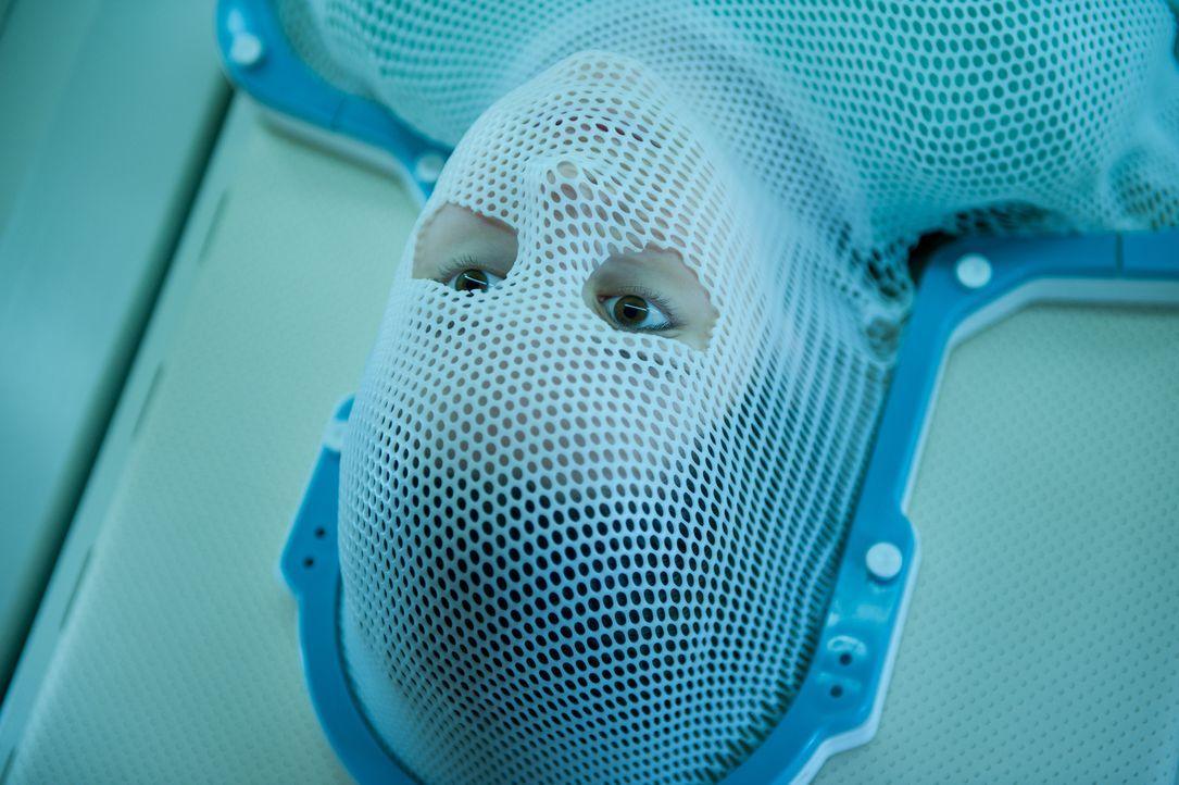 Medizinisch ist zunächst nichts Auffälliges zu erkennen, bis die Ärzte der kleinen Em (Natasha Calis) in den Mund schauen ... - Bildquelle: Diyah Pera Box Productions, LLC 2011