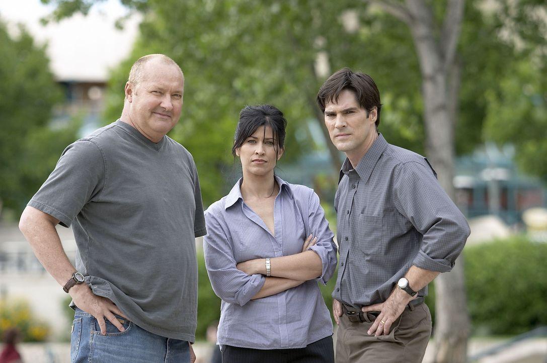 Ein Wettlauf gegen die Tornados beginnt: (v.l.n.r.) Tornado Tommy (Randy Quaid), Reporterin Amy Harkin (Nancy McKeon) und Mitch Benson (Thomas Gibso... - Bildquelle: Hallmark Entertainment