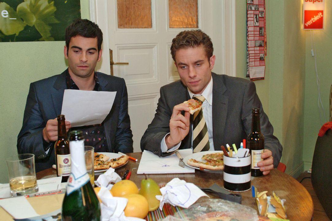 David (Mathis Künzler, l.) entdeckt gemeinsam mit Max (Alexander Sternberg, r.) Lisas Regelwerk. - Bildquelle: Monika Schürle Sat.1