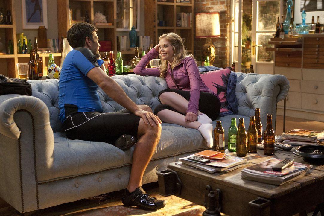 Das Date zwischen June (Dreama Walker, r.) und Scott (Michael Landes, l.) stellt sich als sehr kompliziert raus. Vor allem, weil Chloe es organisier... - Bildquelle: 2012 American Broadcasting Companies. All rights reserved.