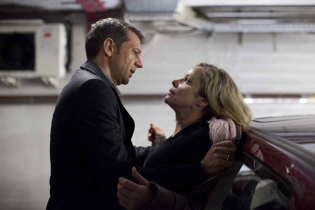 Jakob Braunstein (Kai Wiesinger, l.) nutzt seine Machtposition als Chef schamlos aus, selbst vor einem gewaltsamen Übergriff auf Hella (Ann Kathrin... - Bildquelle: Georges Pauly SAT.1