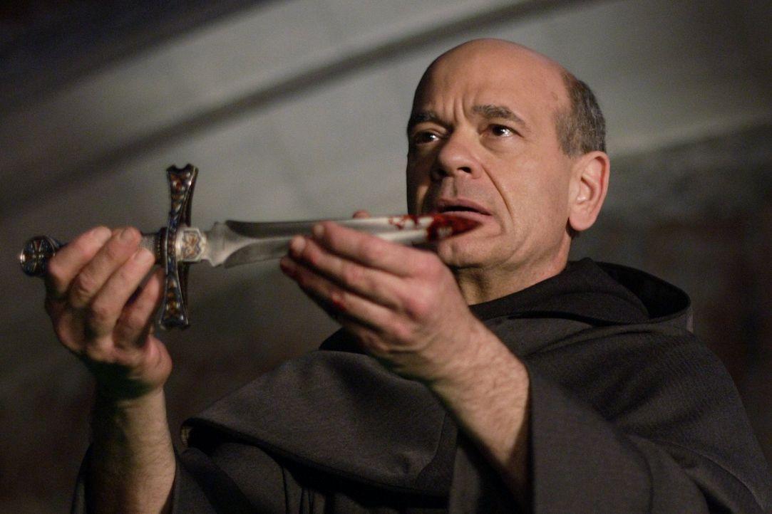 Ein mysteriöser Mönch (Robert Picardo) ritzt Lex Zeichen in die Brust, die eine Nachricht an Clark sein sollen. Dieser geht ihnen nach und wird in e... - Bildquelle: Warner Bros.