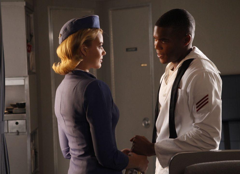 Zwischen Laura (Margot Robbie, l.) und dem Seemann Joe (Gaius Charles, r.) entwickeln sich Gefühle, die sie in Schwierigkeiten bringen ... - Bildquelle: 2011 Sony Pictures Television Inc.  All Rights Reserved.