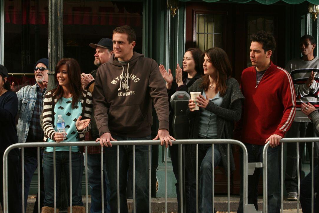 Sind gespannt, wie es Barney beim New York City Marathon ergeht: Ted (Josh Radnor, r.), Marshall (Jason Segel, 2.v.l.), Lily (Alyson Hannigan, l.) u... - Bildquelle: 20th Century Fox International Television