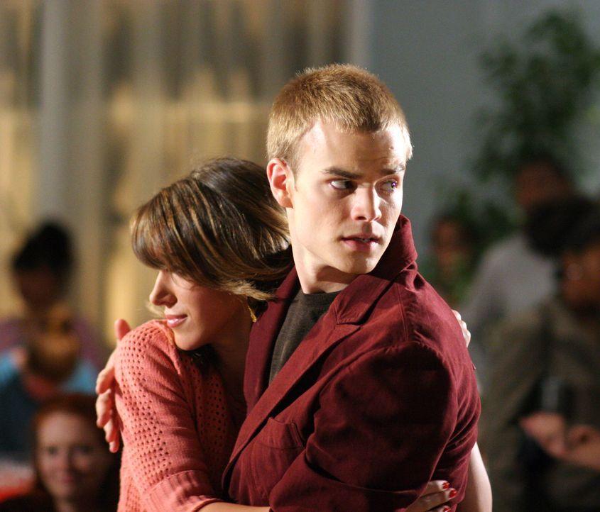 Bei den Camdens ist die schwangere Sandy (Haylie Duff, l.) alles andere als beliebt. Als Rose dann auch noch bei Simon (David Gallagher, r.) einzieh... - Bildquelle: The WB Television Network