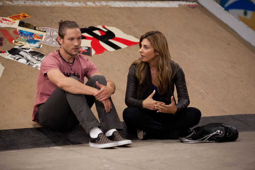 Der Profiskateboarder Tyler (Michael Graziadei, l.) hat Panikattacken und Albträume. Deshalb bittet er Dani (Callie Thorne, r.) um Hilfe, damit er... - Bildquelle: 2011 Sony Pictures Television Inc. and Universal Network Television LLC.  All Rights Reserved.