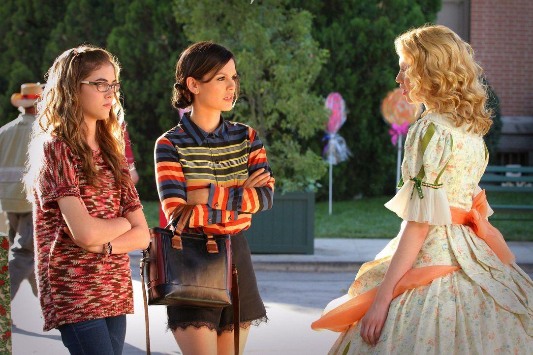 Nach und nach wird Rose (McKaley Miller, l.) und Magnolia (Claudia Lee, r.) klar, dass ihren Coaches Zoe (Rachel Bilson, M.) und Lemon mehr an dem S... - Bildquelle: Warner Bros.