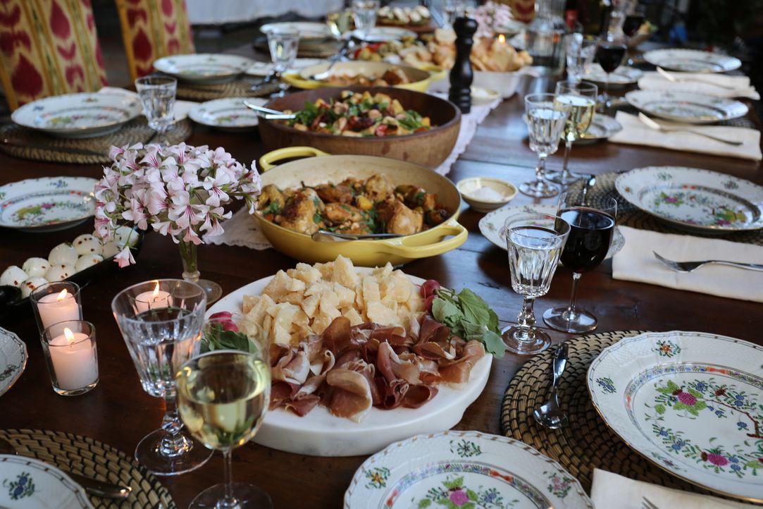 Wenn die ganze Familie an einem Tisch sitzt, muss es was Ordentliches zu essen geben. Daher bereitet Giada Haselnuss Hähnchen, einen Oktopus Brotsal... - Bildquelle: 2016,Television Food Network, G.P. All Rights Reserved