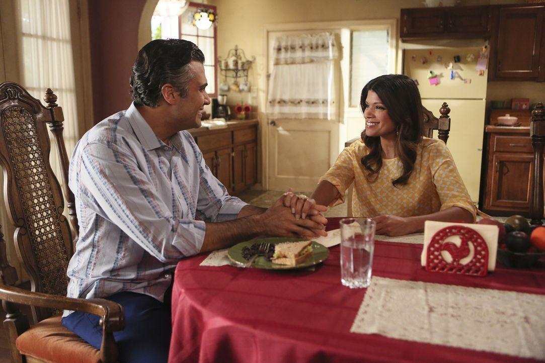 Xo (Andrea Navedo, r.) hat ein Geheimnis vor Rogelio (Jaime Camil, l.). Doch als sie es ihm gesteht, reagiert er total unerwartet  ... - Bildquelle: 2014 The CW Network, LLC. All rights reserved.