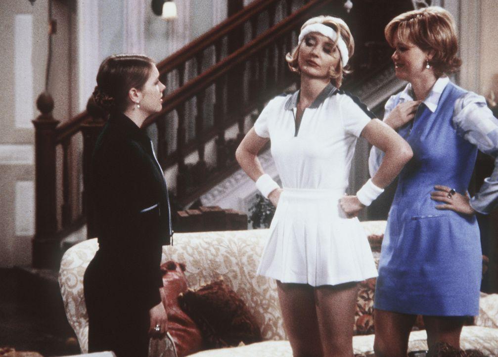 Sabrina (Melissa Joan Hart, l.) hat nicht auf ihre Tanten Zelda (Beth Broderick, M.) und Hilda (Caroline Rhea, r.) gehört und bekommt deshalb Ärge... - Bildquelle: Paramount