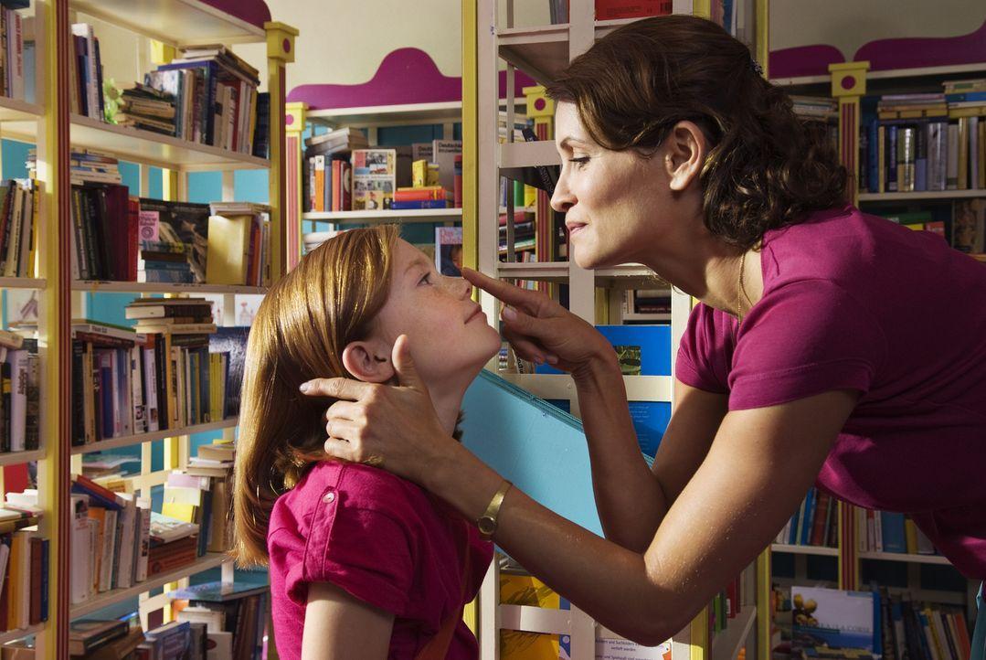 Eigentlich ist Lilli (Alina Freund, l.) ein ganz normales Mädchen, das mit seiner Mutter (Anja Kling, r.) und dem kleinen Bruder ein typisches Klein... - Bildquelle: Marco Nagel Disney