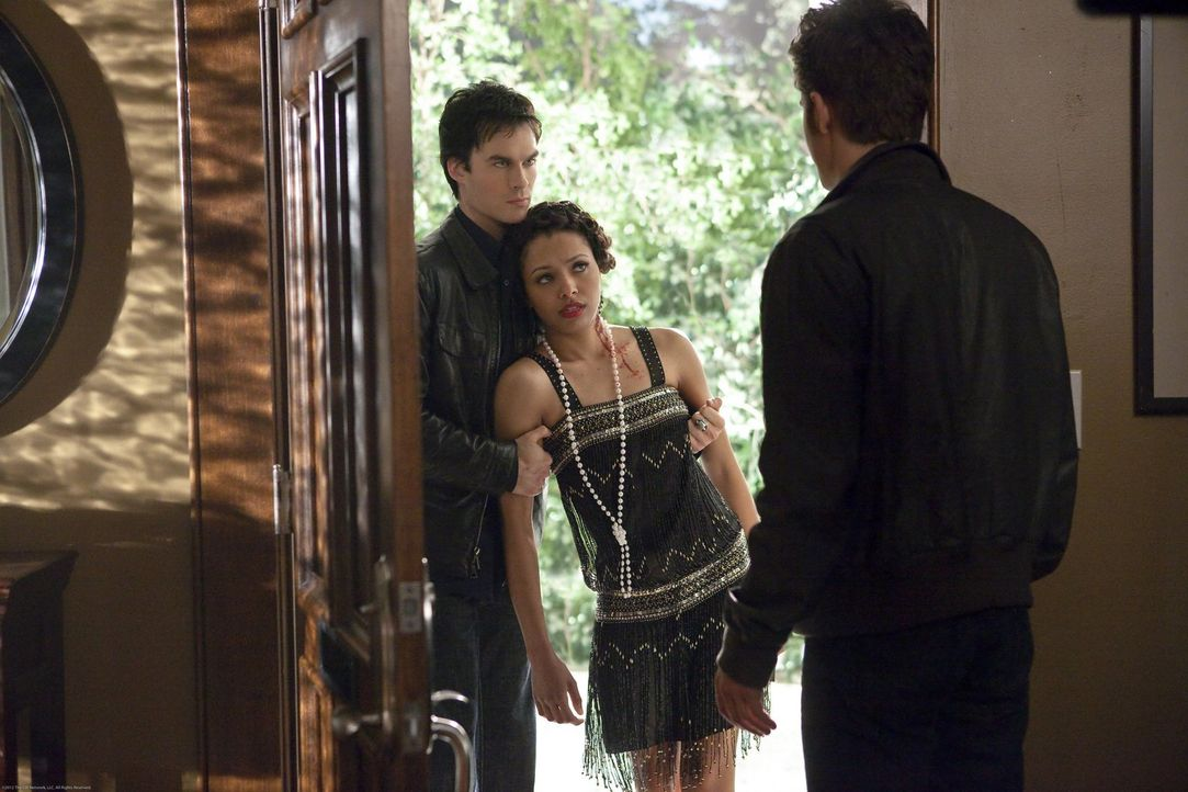 Stefan (Paul Wesley, r.) ist überrascht als plötzlich Damon (Ian Somerhalder, l.) mit der verwundeten Bonnie (Kat Graham, M.) vor der Tür steht ... - Bildquelle: Warner Brothers