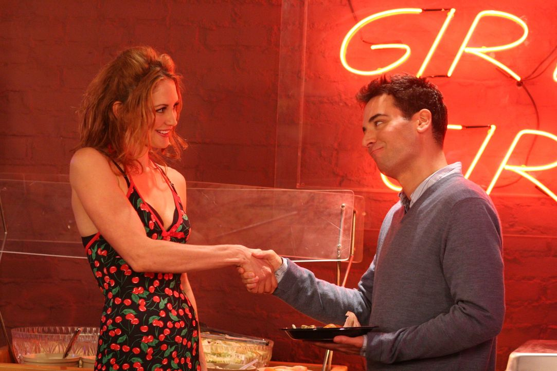 Ted (Josh Radnor, r.) lernt die hübsche Amanda (Elizabeth Bogush, l.) kennen, die allerdings nur auf den ersten Blick ganz nett zu sein scheint ... - Bildquelle: 20th Century Fox International Television
