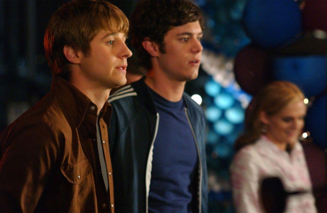 Auf dem 'OC Carnival' erinnern sich Seth (Adam Brody, M.) und Ryan (Benjamin McKenzie, l.) an das letzte Jahr, als sie mit Marissa und Summer zusamm... - Bildquelle: Warner Bros. Television