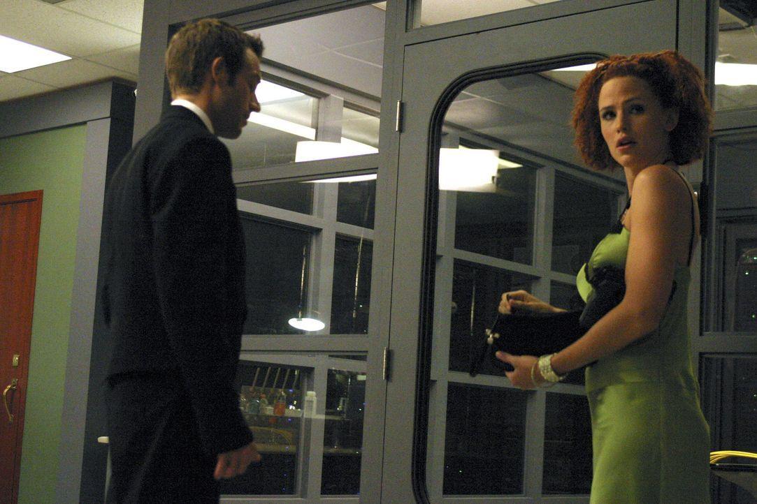 Undercover machen sich Sydney (Jennifer Garner, r.) und Vaughn (Michael Vartan, l.) auf den Weg um den Schlüssel zu Rambaldis Kästchen zu bekommen... - Bildquelle: Touchstone Television