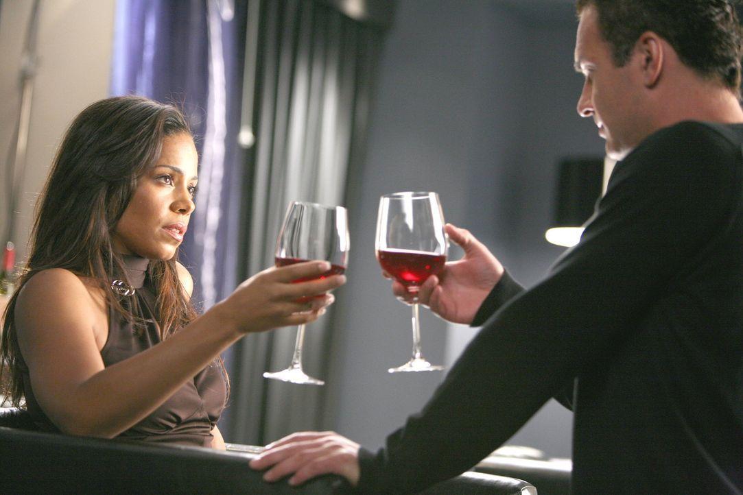 Noch ahnt Christian (Julian McMahon, r.) nicht, was dank Michelle (Sanaa Lathan, l.) auf ihn zukommen wird ... - Bildquelle: TM and   2004 Warner Bros. Entertainment Inc. All Rights Reserved.