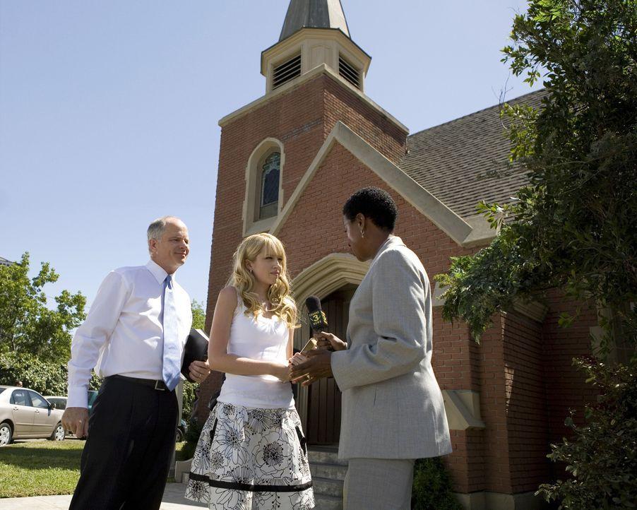 Nachdem Reverend Stone (Tom Virtue, l.) seine Meinung geäußert hat, muss nun Grace (Megan Park, M.) die Angelegenheit vor der aufdringlichen Reporte... - Bildquelle: ABC Family