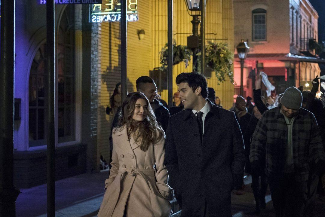 Noch glauben Davina (Danielle Campbell, l.) und Josh (Steven Krueger, vorne r.), dass endlich ein wenig Glück und Frieden in ihr Leben Einzug halten... - Bildquelle: Warner Bros. Entertainment, Inc