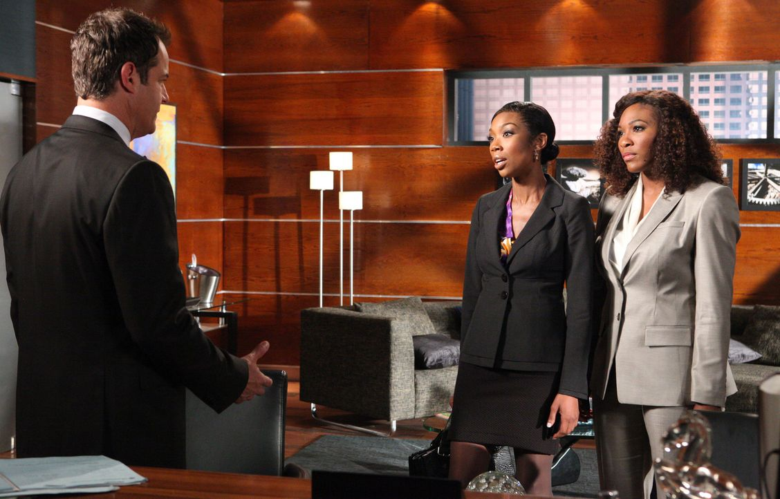 Elisa (Brandy Norwood, M.) und ihre Anwältin Kelly (Serena Williams, r.) wollen verhindern, dass Parker (Josh Stamberg, l.) das Sorgerecht von Eric... - Bildquelle: 2012 Sony Pictures Television Inc. All Rights Reserved.