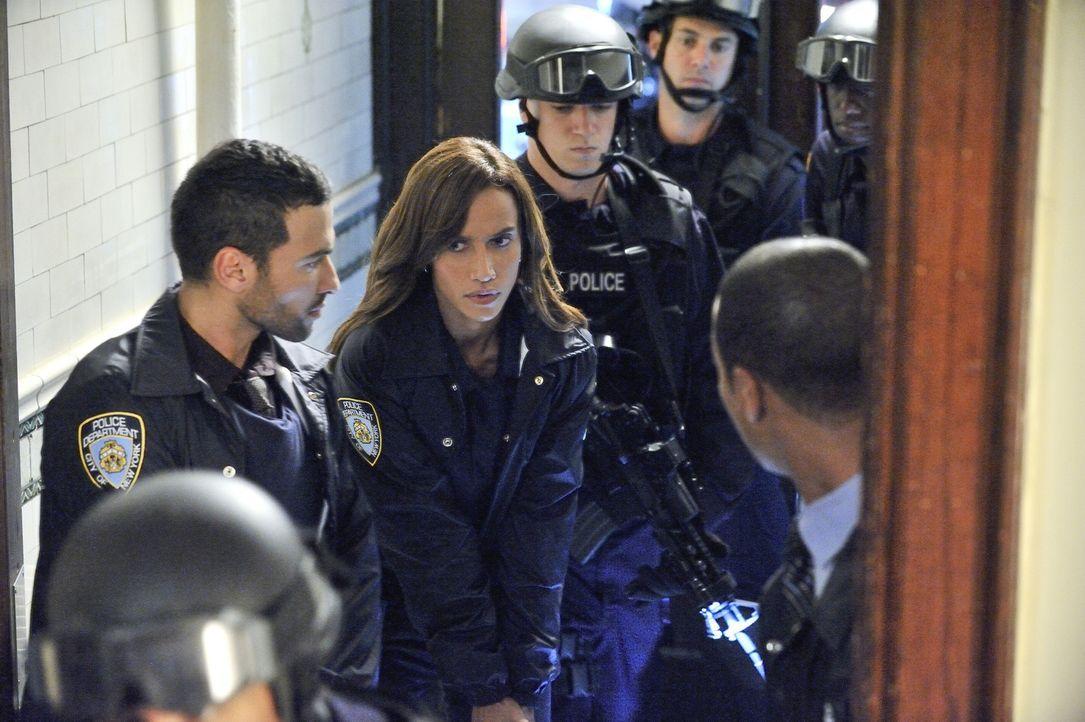 Muss einen neuen Mordfall lösen: Tess (Nina Lisandrello, 2.v.l.) ... - Bildquelle: 2012 The CW Network, LLC. All rights reserved.