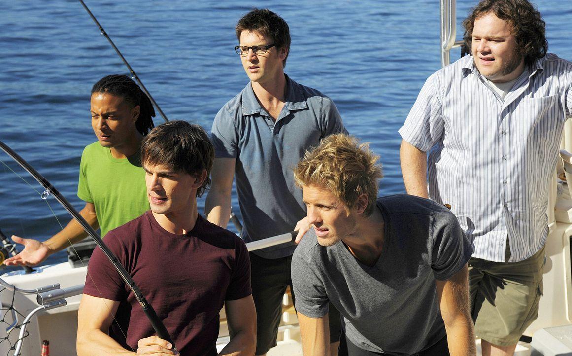 Henry (Christopher Gorham, vorne links) genießt die Stunden bei seinen Kumpeln Sully (Matt Barr, vorne rechts), Danny (Brandon Jay McLaren, hinten... - Bildquelle: 2009 CBS Studios Inc. All Rights Reserved.