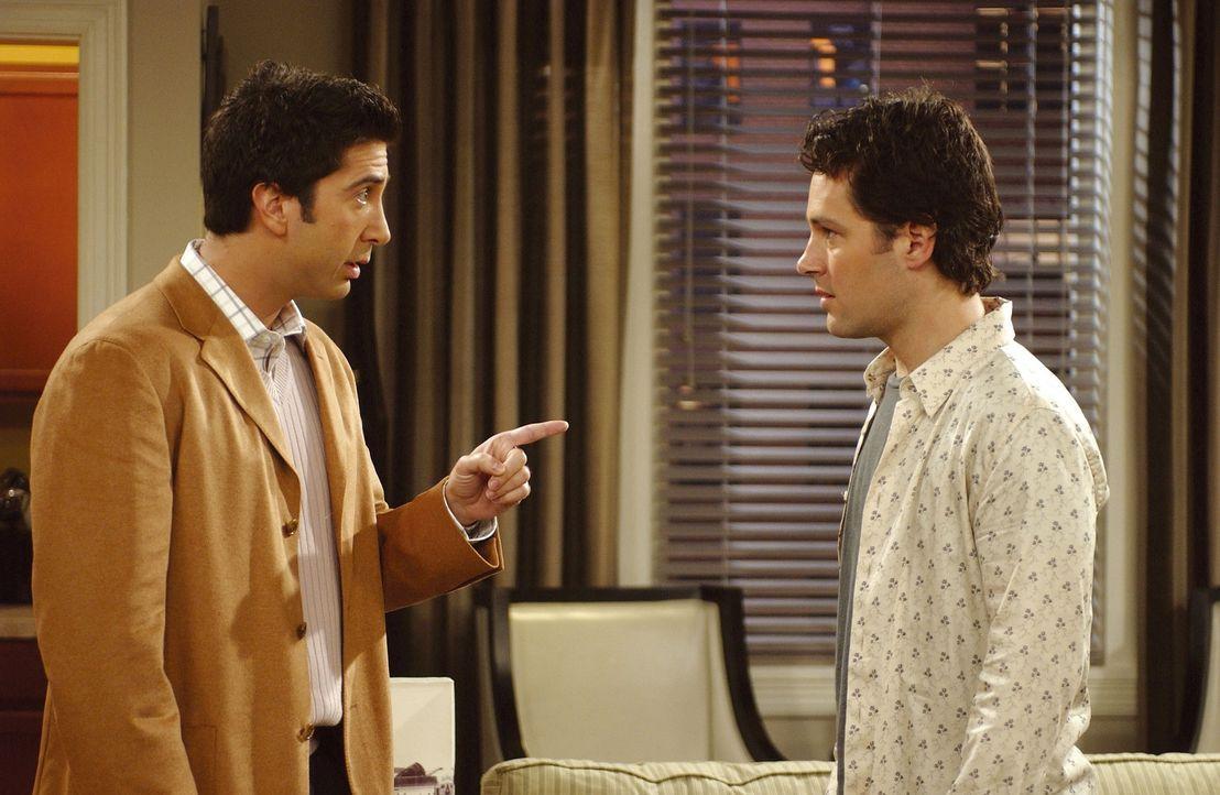 Unglücklicherweise teilt Ross (David Schwimmer, l.) Mike (Paul Rudd, r.) mit, dass Phoebe noch nie eine längere Beziehung hatte ... - Bildquelle: TM+  2000 WARNER BROS.