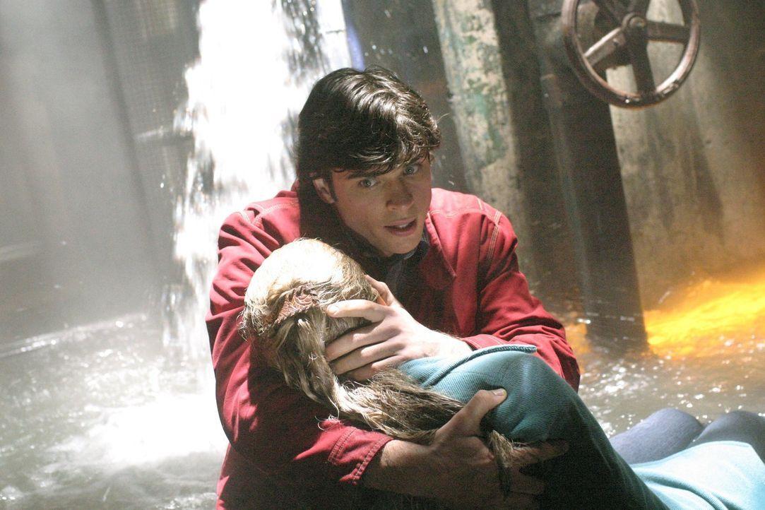 Kommt Clark (Tom Welling, hinten) etwa zu spät: Als Geoff erfährt, dass Lois (Erica Durance, vorne) über seine Machenschaften Bescheid weiß, versuch... - Bildquelle: Warner Bros.