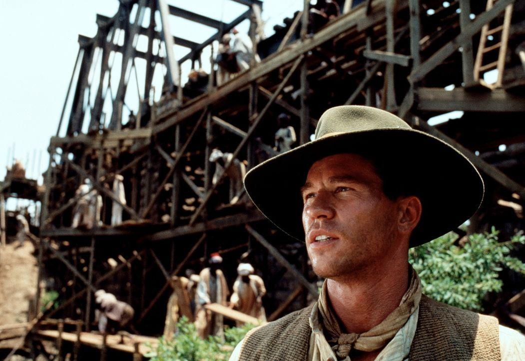 John Patterson (Val Kilmer) soll in Afrika eine Eisenbahnbrücke bauen - doch andauernde Attacken menschenfressender Löwen bringen seinen Zeitplan... - Bildquelle: Paramount Pictures