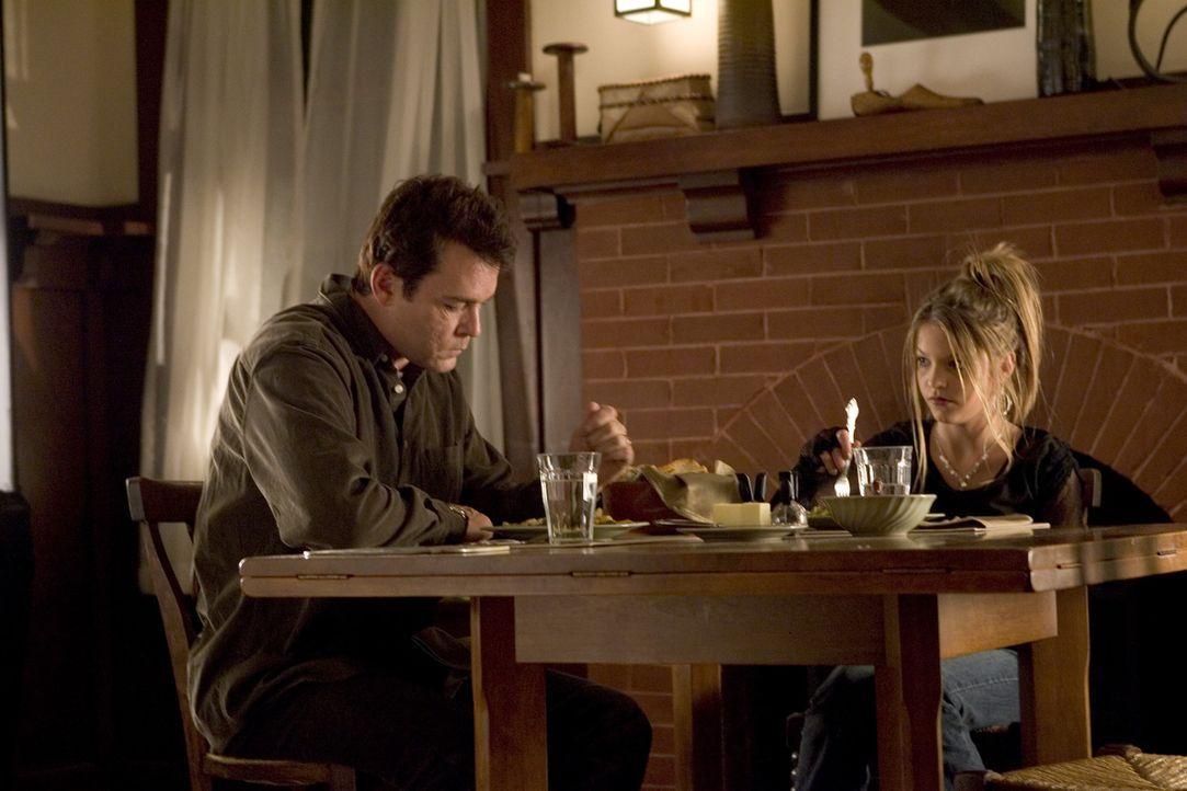 Weil die Mutter Carol vorgibt, an einem neuen Roman zu arbeiten, verbringen Tom (Ray Liotta, l.) und seine Tochter Nicole (Carson Brown, r.) fast je...