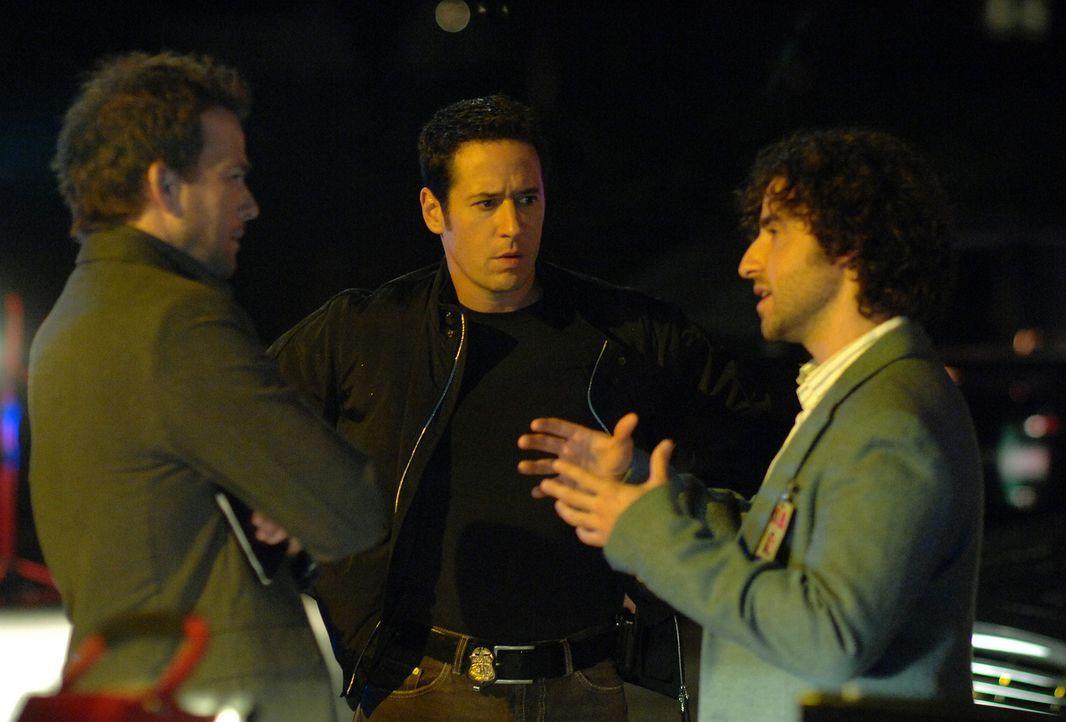 Die Milliarden-Dollar-Erbin Ella Pierce ist offenbar entführt worden. Don (Rob Morrow, M.), Charlie (David Krumholtz, r.) und Jeff Upchurch (Sean Pa... - Bildquelle: Paramount Network Television